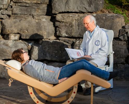 El inventor Pius Vögel hablando con un paciente en el sonido de sesiones.